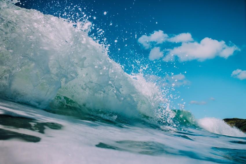 Aria di mare e spruzzi: onda marina in primo piano