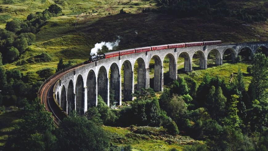 per essere un viaggiatore più sostenibile evita l'aereo e scegli il treno