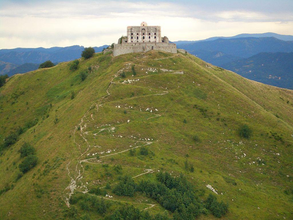 Uno dei forti vicino a Genova, il Forte Diamante. Foto via Wikipedia