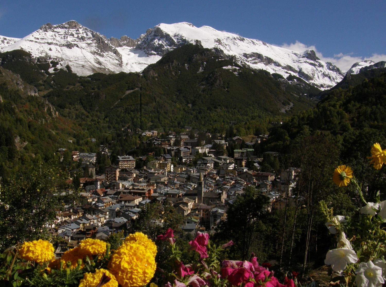 Limone Piemonte, tra le alpi innevate e le prime fioriture primaverili