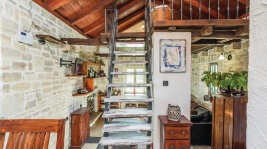 La scala porta al soppalco, visibili dietro alcuni arredi dell'open space