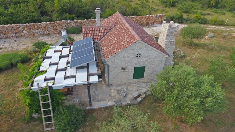 Vista aerea sulla casa, visibili i pannelli solari