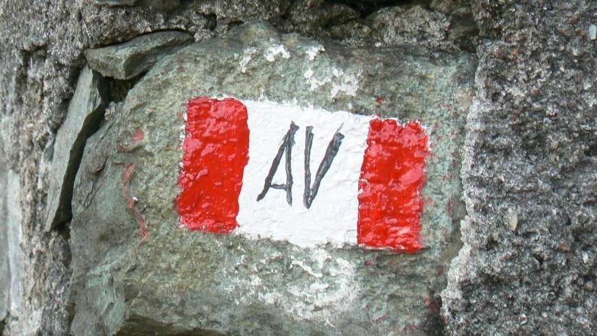 La segnaletica lungo il percorso, qui dipinta su una roccia