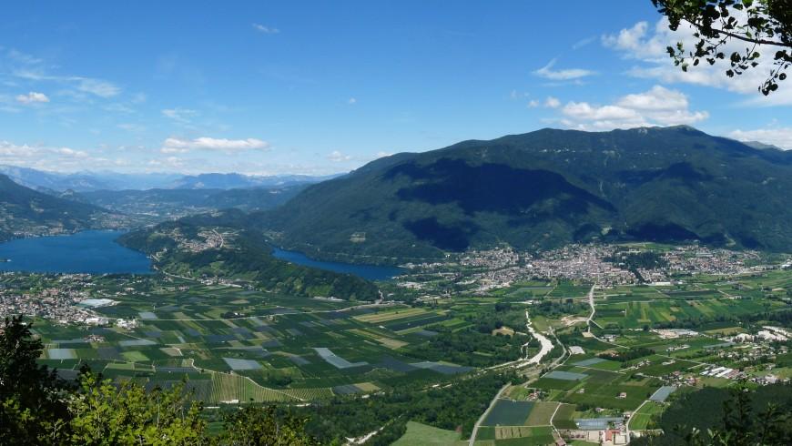 Vista panoramica di due paesi, pianura e laghi della zona turistica trentina Valsugana Lagorai