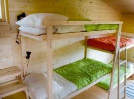 Stanza con pareti e arredo in legno nel Centro Anidra, antico mulino, oggi Ecobnb in Liguria