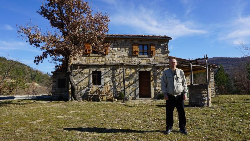 Il proprietario davanti alla casa