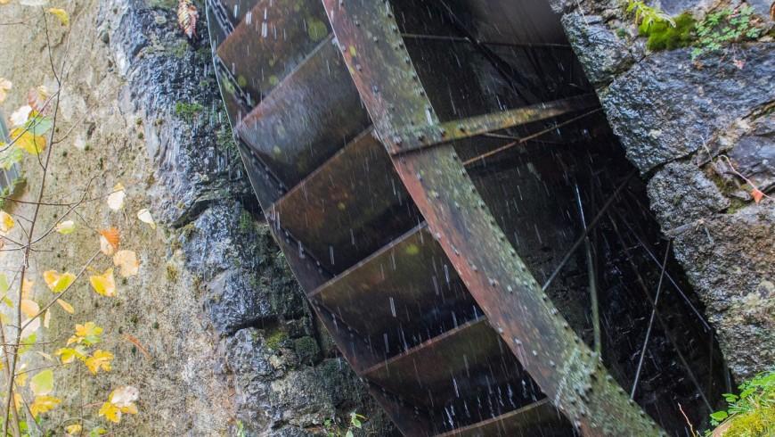 La ruota che, attraverso la forza dell'acqua, alimenta il mulino