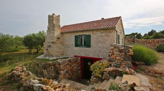 Esterno laterale della casa, con l'ingresso per la cantina