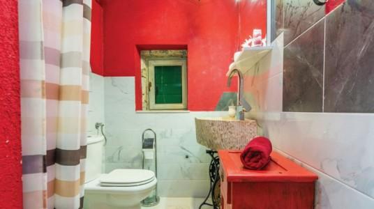 Bagno della casa, con pareti rosse