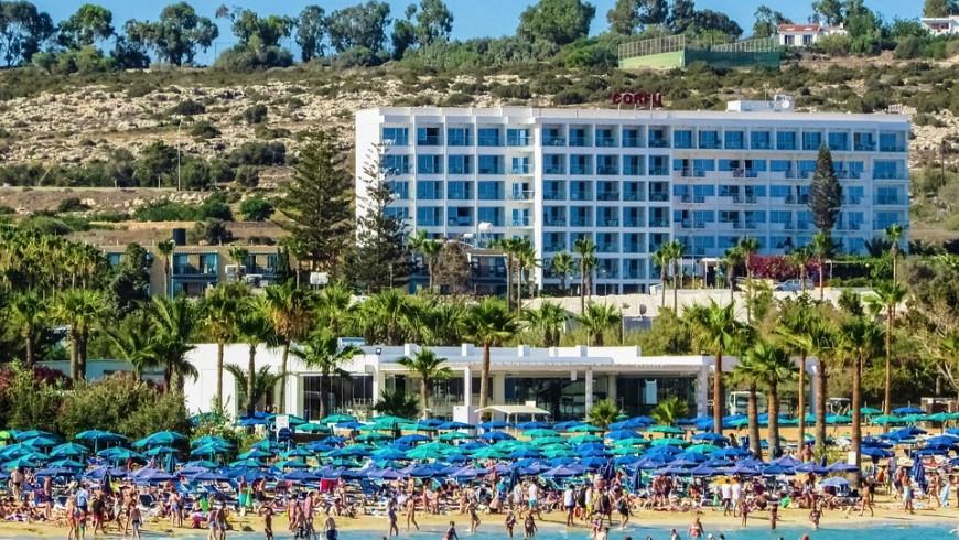 Una spiaggia affollata davanti ad un hotel, esempio di destinazione turistica di massa