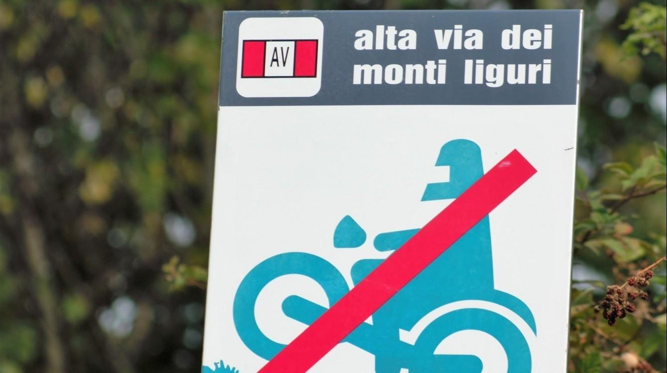 Segnaletica durante il percorso, qui divieto di accesso con moto