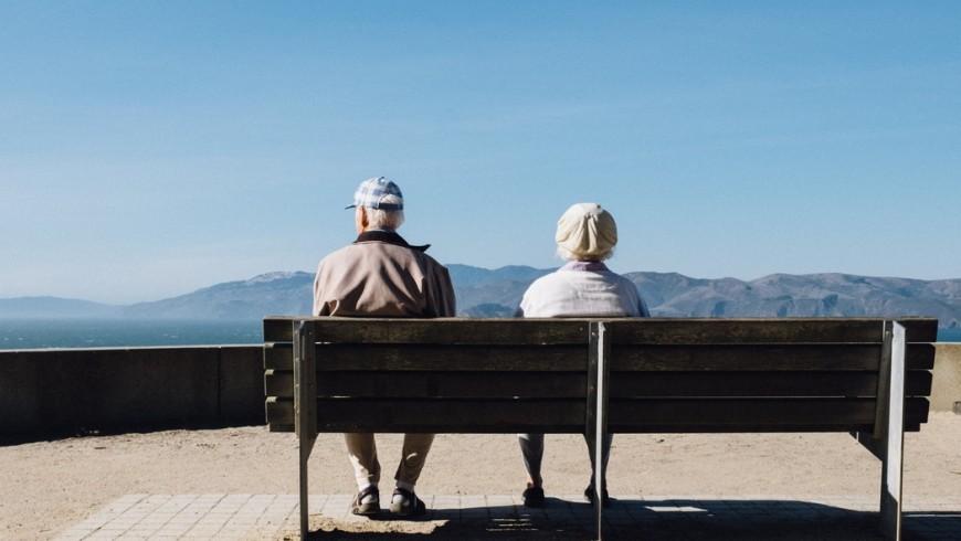 Due anziani su una panchina.