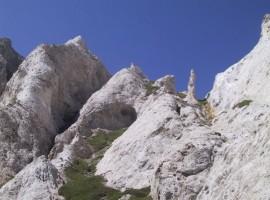Strane forme rocciose con guglie naturali