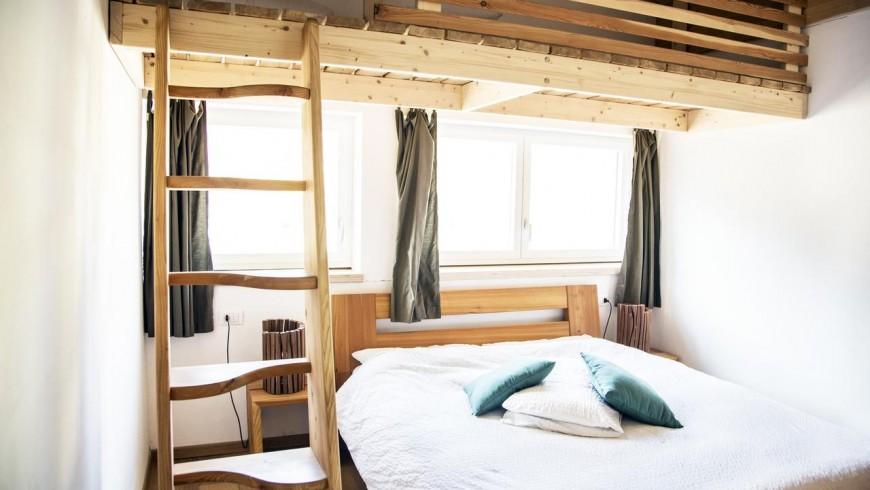Interno camera bnb casa sul lago, mobili in legno fatti a mano su misura