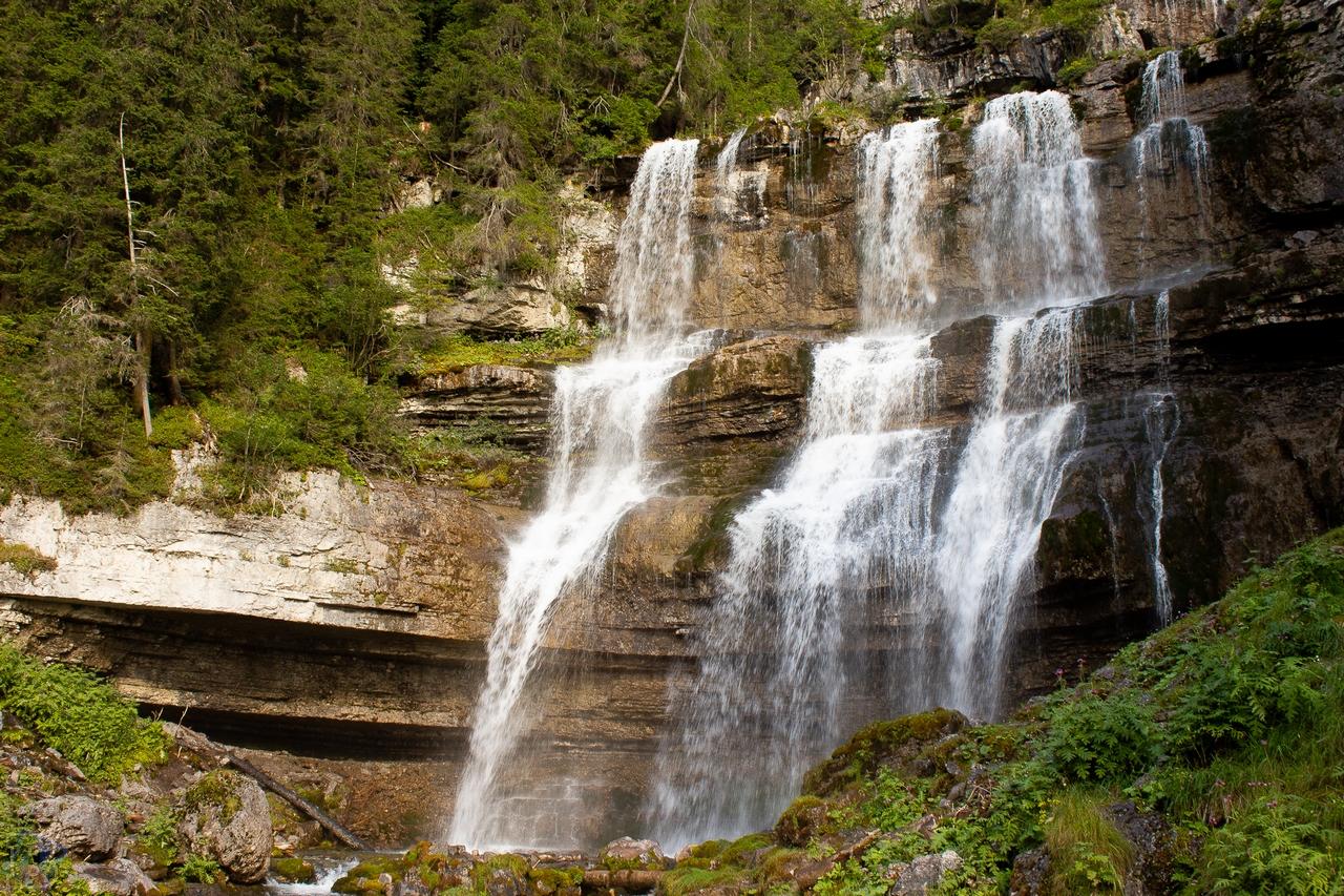 ampia serie di cascate in mezzo agli abeti, cascate Vallesinella