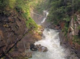 Torrente sarca attraversa la stretta val di genova con delle rapide