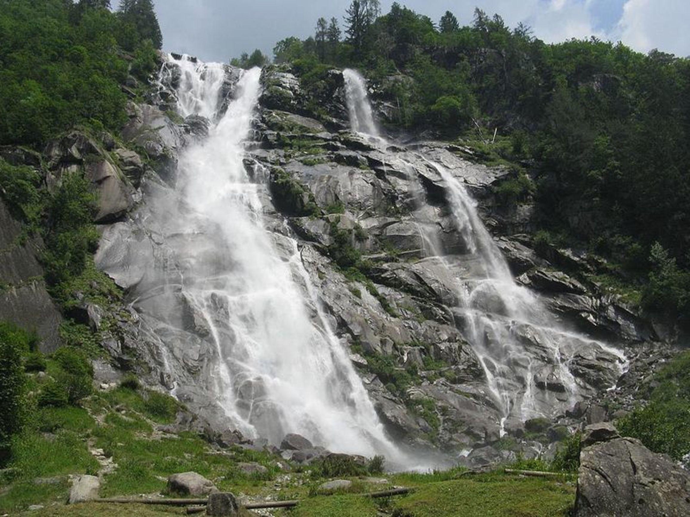 Spettacolari cascate Nardis, 130 m di salto tra la roccia vulcanica