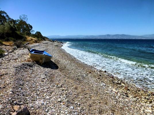 Spiaggia di Loutraki con una barca in legno