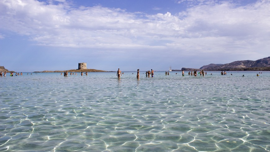 l'acqua cristallina della spiaggia La Pelosa, a Stintino, in Sardegna