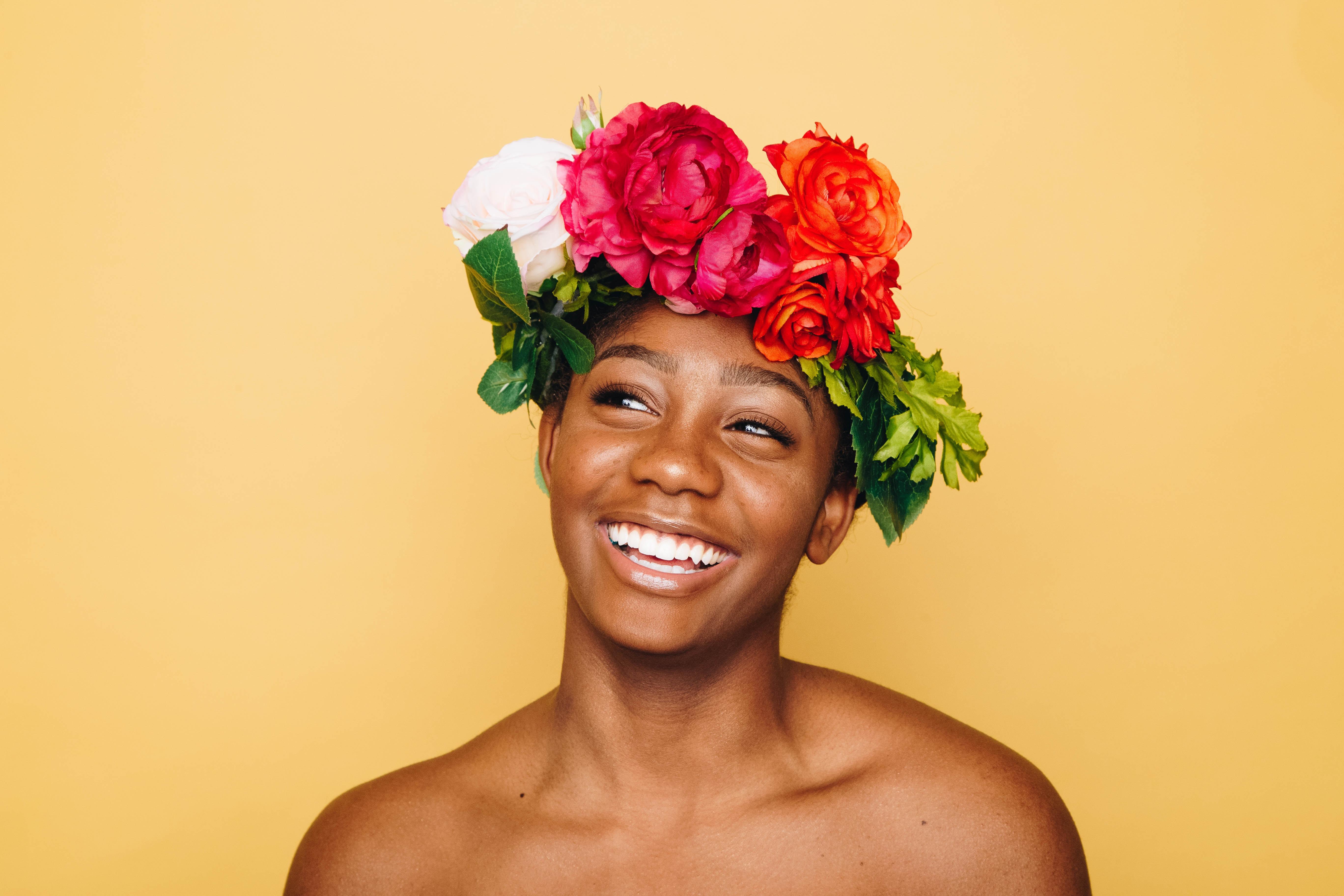 ragazza sorridente con una corona di fiori in testa