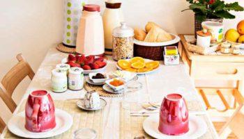 Dettaglio tavola colazione bnb casa sul lago