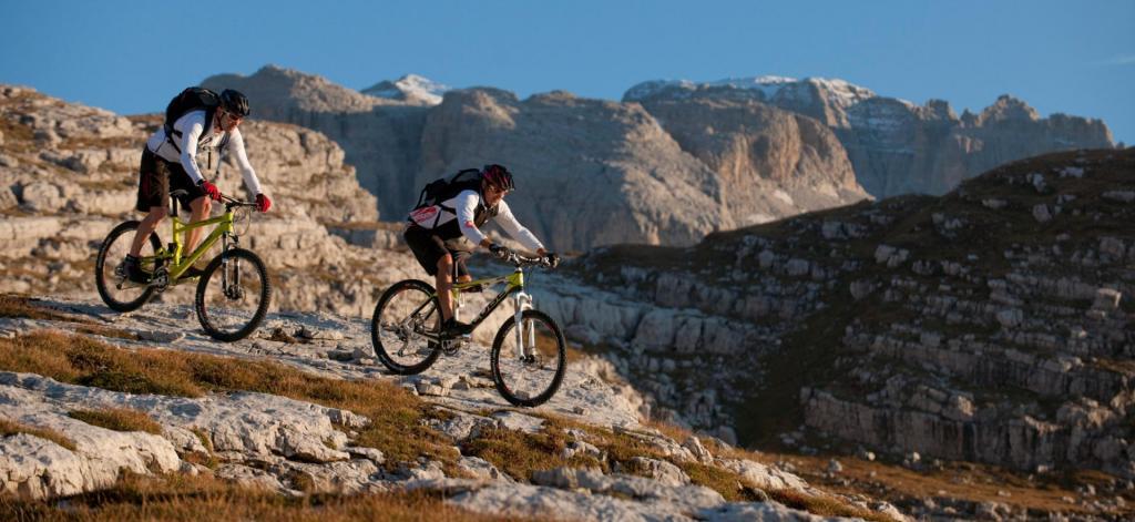 scendendo in Mountain bike nel parco Adamello Brenta