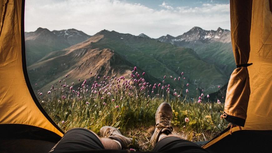 Vista delle montagne dalla tenda, consigli per Pianificare il tuo Viaggio Sostenibile da Studente