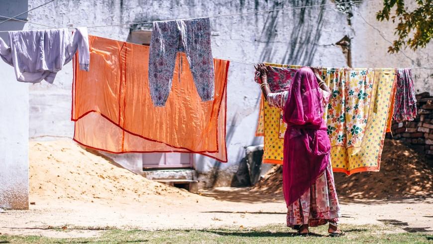 donna indiana con vestiti tipici