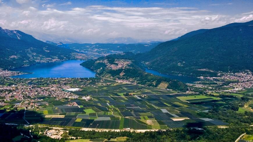 Vista aerea sulla valle, visibili i laghi di Caldonazzo e Levico, separati dal colle Tenna