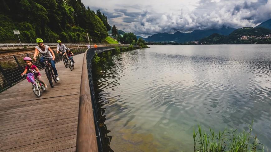 La ciclabile della Valsugana, che costeggia il lago