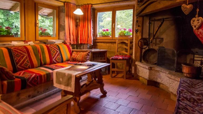 accogliente soggiorno con divano e caminetto