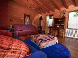 interno in legno. con tappezzeria orientale