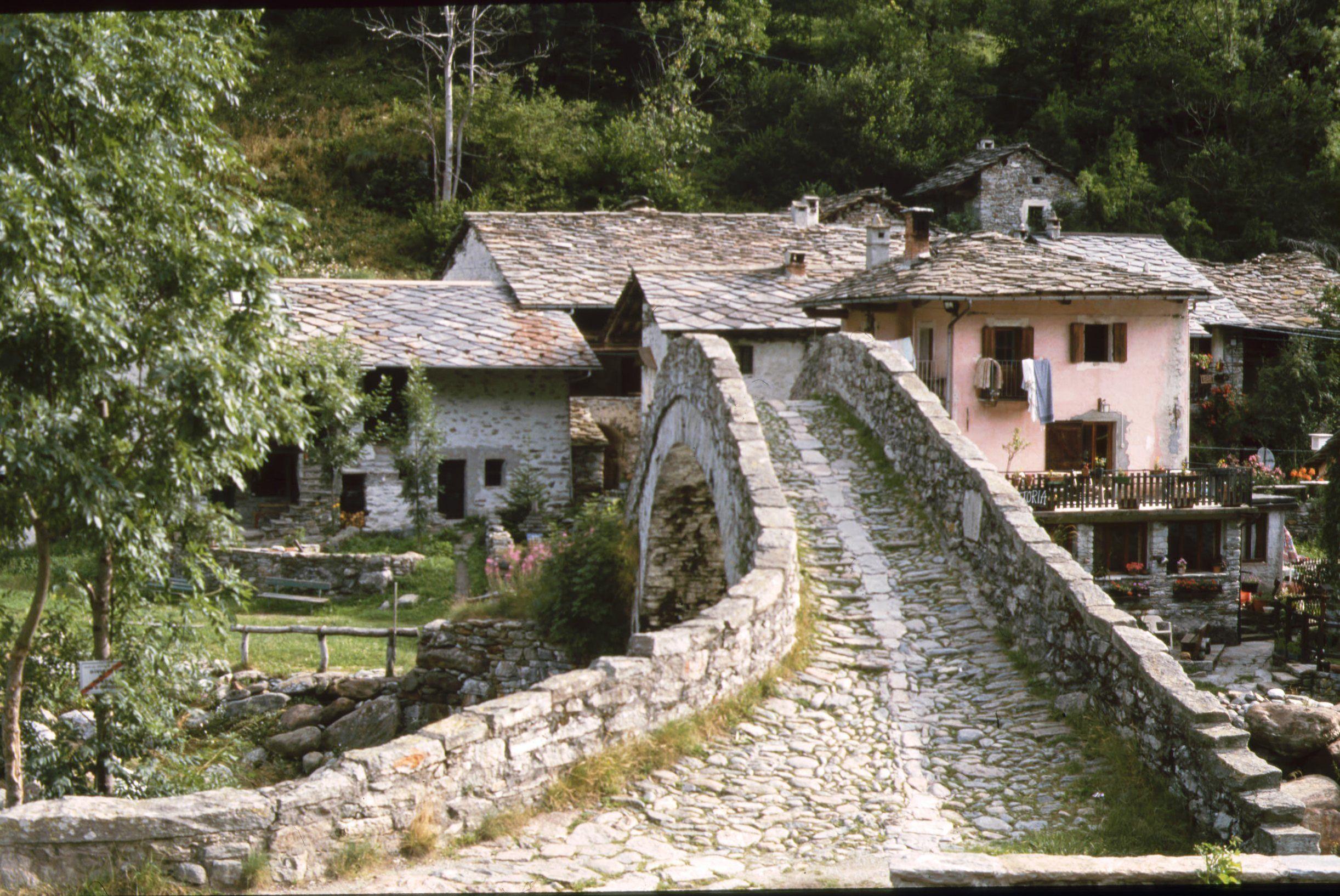 stretto ponte in pietra che porta a Fondo