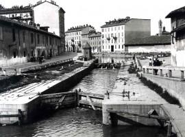 foto in bianco e nero delle chiuse sul naviglio