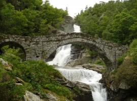 cascata con ponte acuto in pietra