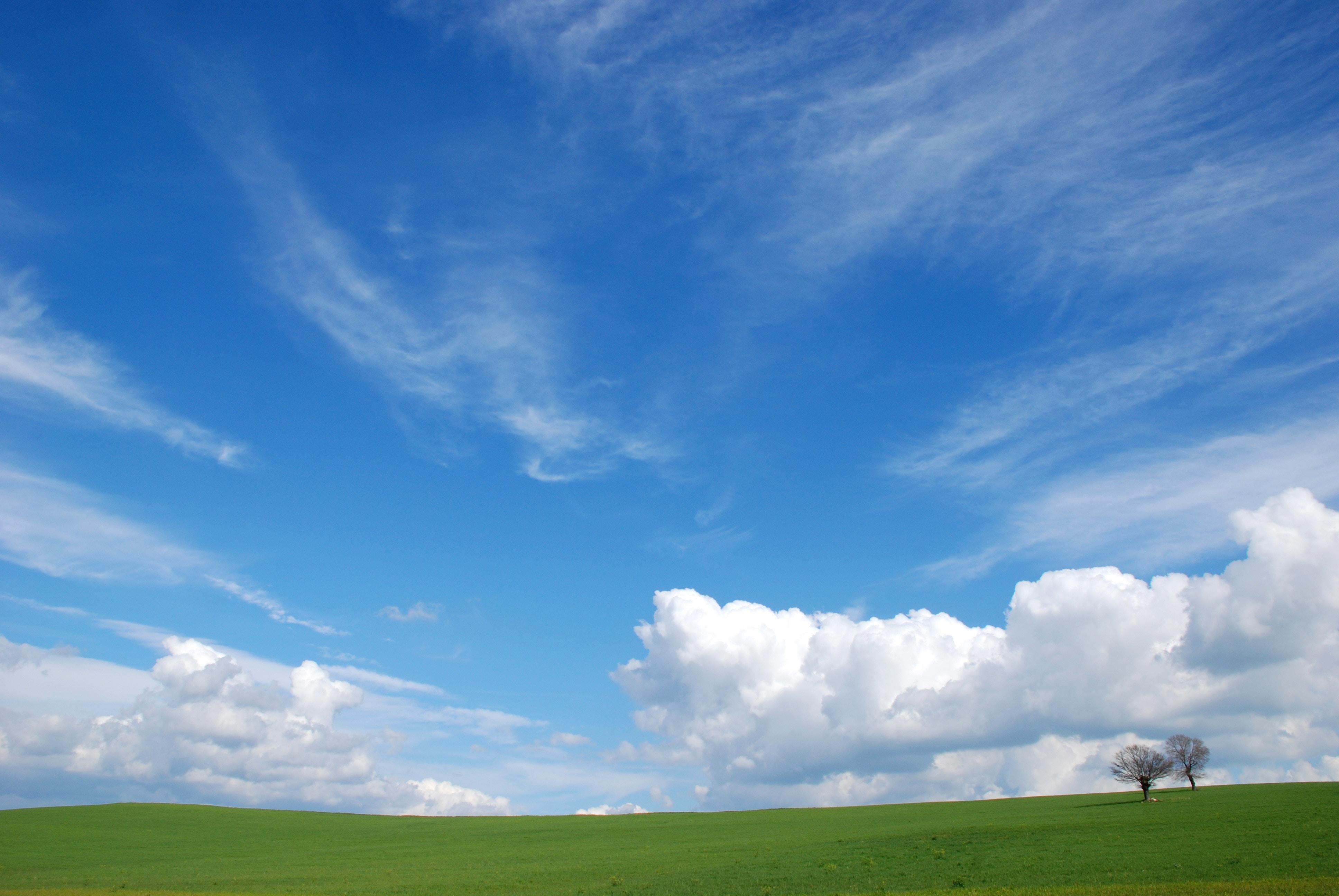 Paesaggio della Maremma Toscana vicino a Saturnia, cielo nuvole e prato verde