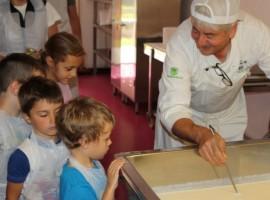 i bambini imparano a fare il formaggio