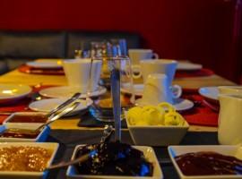 tavolo con marmellate e formaggi bio
