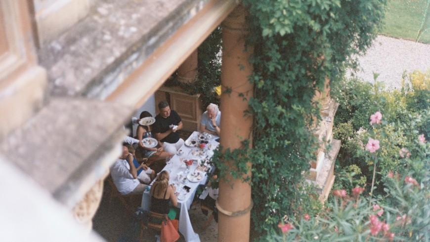 Il modello di ospitalità diffusa di Bisos, photo di Ines Castellano via Unsplash