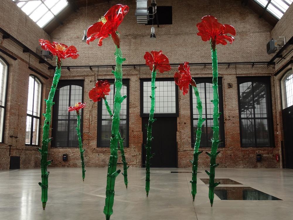 PET-art: quando Riciclare la Plastica diventa un'Arte: rose realizzate con bottiglie di plastica riciclata