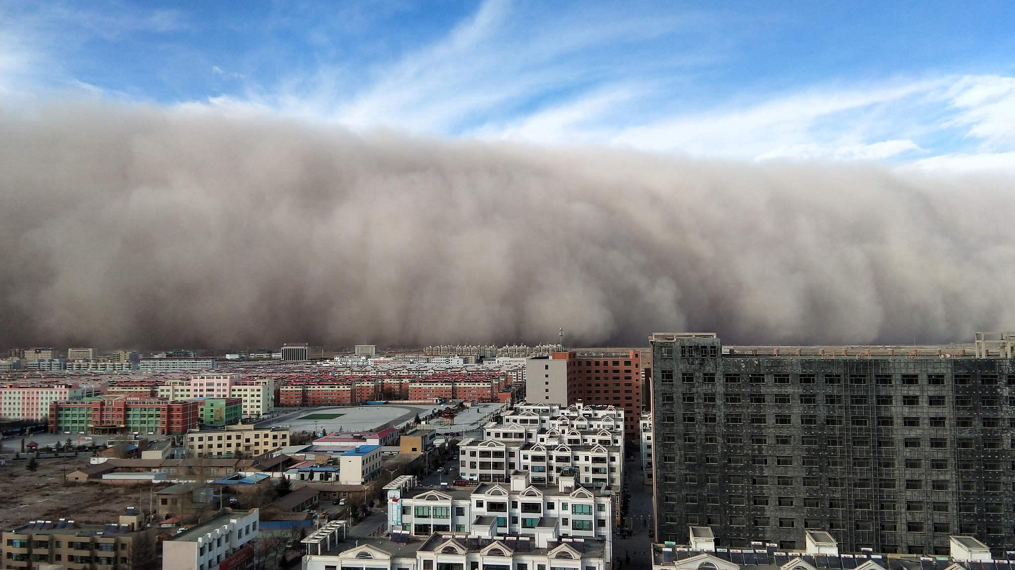 tempesta di sabbia si abbatte sull'abitato