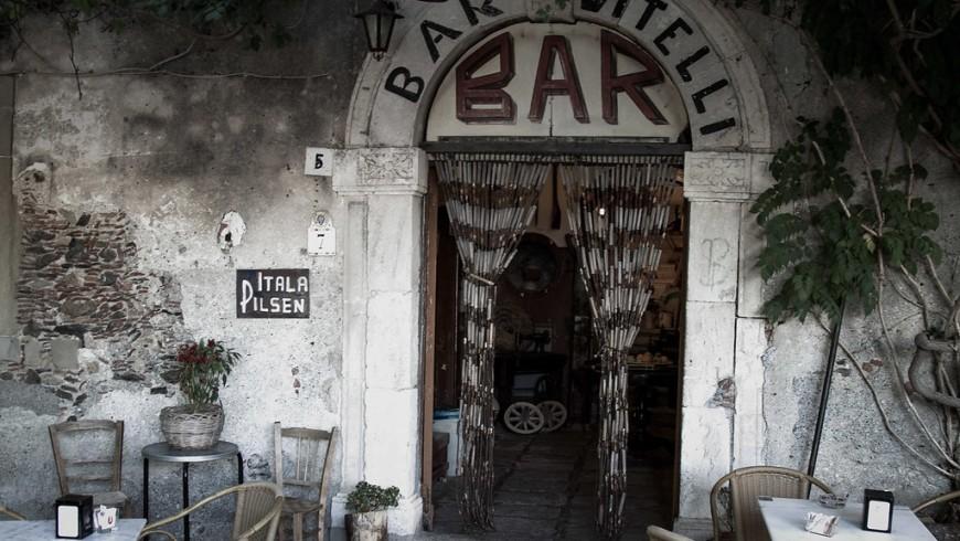 """Facciata del famoso Bar Vitelli di Savoca, conosciuto per le riprese de """"Il Padrino"""""""