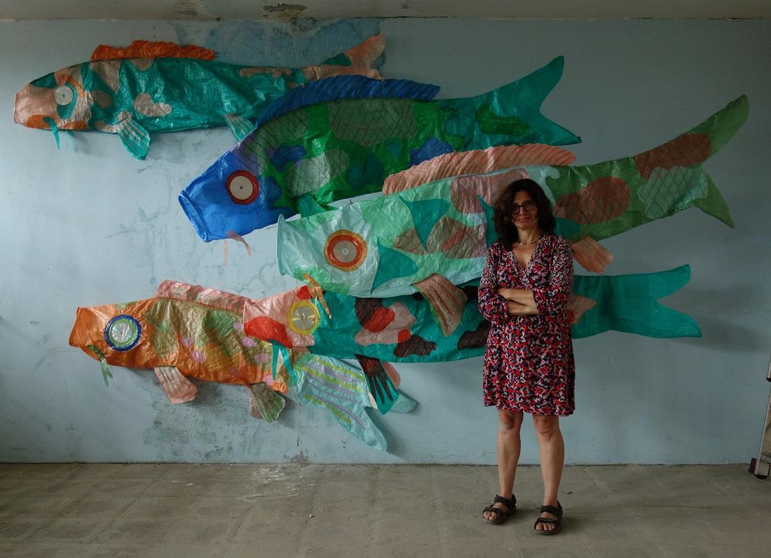 "Veronika Richterová e la sua opera in plastica riciclata ""JAPANESE CARPS KÓI"" del 2017"