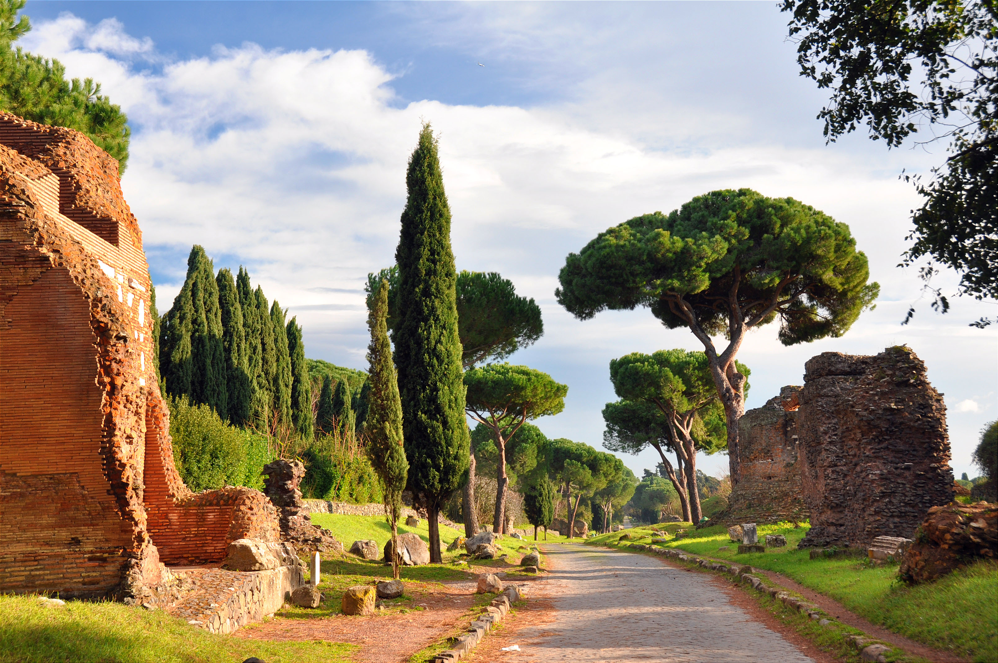 antica strada romana con cipressi e rovine