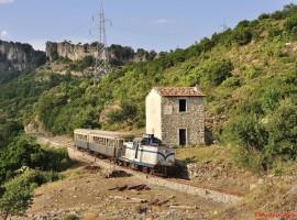 vecchio treno passa nell'entroterra sardo turismo lento