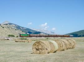 ferrovia tra gli appennini con balle di fieno