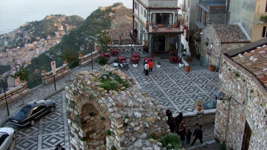 Vista sulla piazza di ingresso di Castelmola