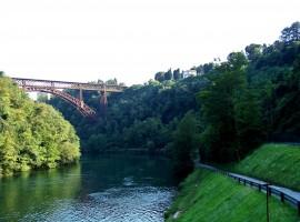 ponte ferroviario in ferro passa sopra l'adda e la ciclabile