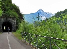 pista ciclabile con galleria in montagna