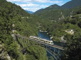 ferrovia su ponte di ferro sospesa sul lago alpino